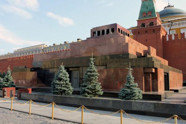 И Ленин такой молодой, И юный Октябрь впереди!